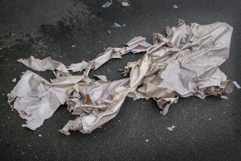 RESTER: I en søppelcontainer ikke langt unna der det ble observert aktivitet like etter smellet ble disse restene etter en plastduk funnet. Den bærer preg av å være sprengt og utsatt for varme, og det er vanskelig å se hva det opprinnelig har vært.