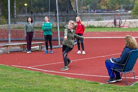 Kast med liten ball er en klassiker innen skoleidrett, og her er det topp innsats av elevene.