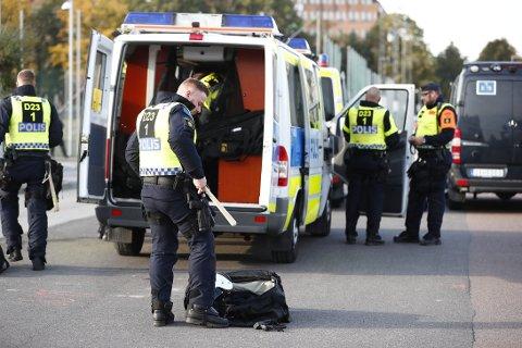 SKJERPET: Politiet i Sverige forbereder seg før demonstrasjonen til Nordiska motståndsrörelsens i Göteborg lørdag formiddag.