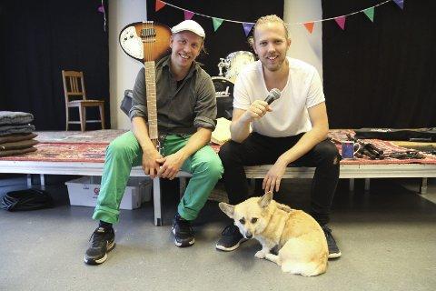 STUNT-GUTTA: Harald Engan og Martin Høgberget skal få fart på utelivet for studenter og andre når de arrangerer teatersport på Kulturkollektivet fredag kveld. Teaterhunden Maud poserer villig.