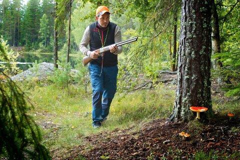 – Det er helheten med jakta, komme seg ut i skogen tidlig på morran, bevege seg i flott natur, møte andre jaktkamerater, tenne bål og nyte ei god matpakka, sier Cato Nytrøen Tråstadkjølen.