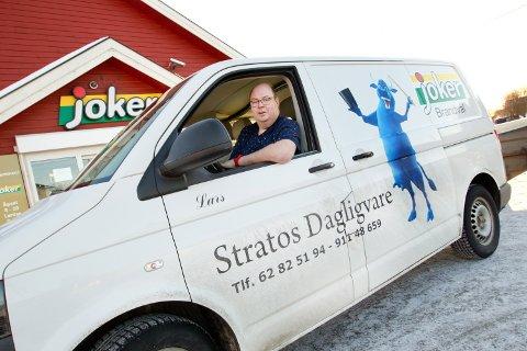 1: Stratos Dagligvare og daglig leder Lars Bråten er fornøyd med avtalen med Nidar som gjør at han kan bruke Stratos-kua som sin profilering på butikken. 2. I dette huset på Brandval etablerte Leif Halvorsen sin dagligvare først på 1900-tallet. Butikken ble av folk kalt for Stratos. 3. Hva kom først – sjokoladen eller butikken? 4. Lars Bråten overtar etter Dagrun Nykvist og Turid Johannessen, mens Asbjørg Westby (bakerst) fortsatt skal arbeide i butikken. 5. Stratos Dagligvare og profileringen som Nidar sjokoladefabrikk er med på å betale på butikkveggen på Brandval.