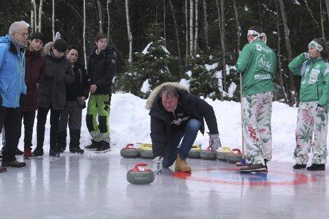 Imponert: Pål Trulsen var imponert over curlinginteressen og curlingbanen som er lagd på Kirkenær. Han fikk selvsagt sende en stein av gårde.