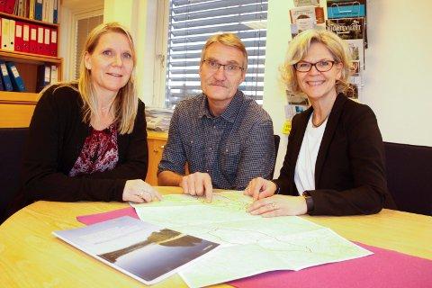 TILFLYTTING: Vi ser at det er et marked for småbruk, og det er en mulighet for at vi kan rekruttere innbyggere som søker en annen livsstil på denne måten, sier Anne Kristine Rossebø, Dag Kjetil Urdahl og Anette strand Slettmoen.