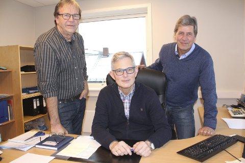 NY TIDER: Arne Stenberg (til venstre) og Odd Skasberg drev hvert sitt regnskapsbyrå. Nå er de slått sammen til Grue Vekstra SA, med Morten Aasvangen som ny, daglig leder.