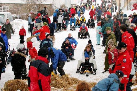 FULLT I LØYPA: Folk strømmet til for å ake under Vinterfestivalen 2004.
