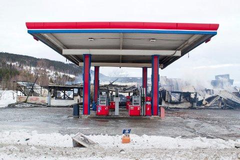 Mo: 05.01.2018 Natt til i dag brant YX-stasjonoen på Gardvik. Bensinstasjonen med butikk og verksted ble tottalskadet. Det er mistanker om at brannen er påsatt.   Foto: Ole-Johnny Myhrvold