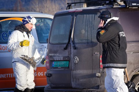 Mo: 08.01.2018 Krimteknikere søker etter spor blant brannruinene til den nedbrente bensinstasjonen på Gardvik. Foto: Ole-Johnny Myhrvold