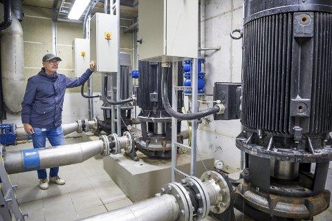 SKAL OPPGRADERES: Disse pumpene er modne for utskifting i likhet med resten av utstyret som forsyner Kongsvinger og Grue med vann. I framtida kan avdelingsleder for vann i GIVAS, Tom Bratberg, også få ansvaret for vannforsyningen til Sør-Odal.