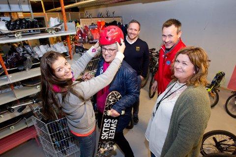 SAMARBEID: BUA, som holder til på Vennersberg skole, vokser stadig og har nå fått flere samarbeidspartnere. Kathrine Kolgrov prøver her en hjelm på Kari Isnes, mens Daniel Larsson (bak f.v.), Kim Deinoff og Aina Nesengen følger med.
