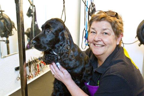 STELL: Solveig Holth har tatt steget og åpnet egen salong hvor hun tilbyr vask, pleie og stell av hundens pels.