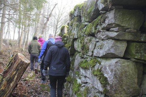 LANGS RUINENE: Tjura-stien går langs ruiner og over dammer der det for noen hundre år siden var et yrende industriliv.