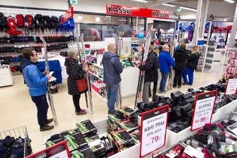 SKI: Folk sto i kø for å få betalt skiene til 10 kroner stykket hos Emmeli Sanderlien i kassen hos Sport Ringen Outlet.