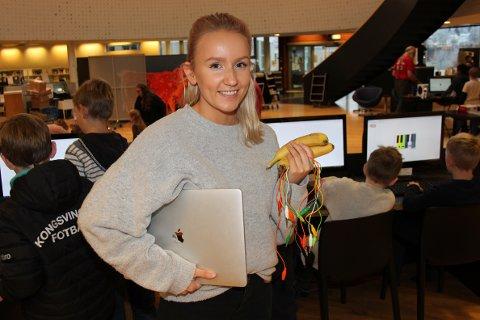 KOMPETANSE: 25 år gamle Frida Larsen elsket å lage hjemmesider på barneskolen. Hun har en bachelorgrad innen IT, og har arrangert kodeklubb på biblioteket. På lørdag var hun frivillig og hjalp barna med et program som heter MaKey MaKey, hvor de spilte piano med bananer.