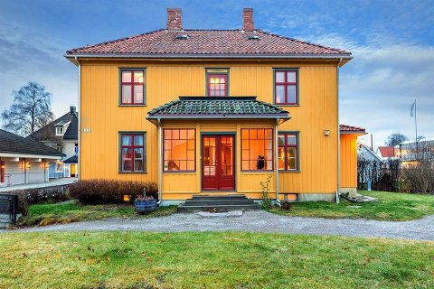 GAMLE KIRKENÆR: Huset er fra den gamle trehusbebyggelsen på Kirkenær, og slapp unna rive-iveren på 70- og 80-tallet.