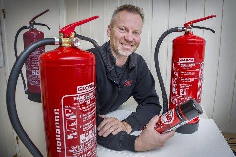 OBLIGATORISK: Alle boliger skal ha minst ett sekskilos pulver- eller skumapparat, opplyser serviceteknikker Trond Arne Solberg hos Hedmark Service AS.
