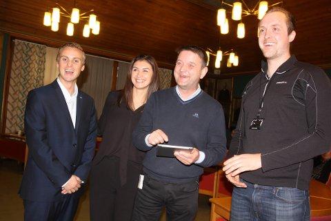 Ordføreren skrev under kontrakten på stedet. F.v. Jørgen Bjune, Ronja Lørendal, Ørjan Bue og Erik Begby.
