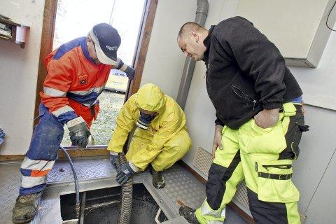 Teknisk feil ved pumpestasjonen på Magnor. Lars Ivar Rustad og Lars Ivan Ingelsrud (i gul drakt) må tømme pumpestasjonen for kloakk før man kan reparere feilen. Her sammen med Audun Nordseth fra GIVAS.