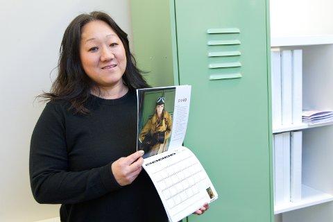 STOLT: Markedssjef, Jannicke S. Mykkestue viser stolt fram den fine kalenderen til Eskoleia.