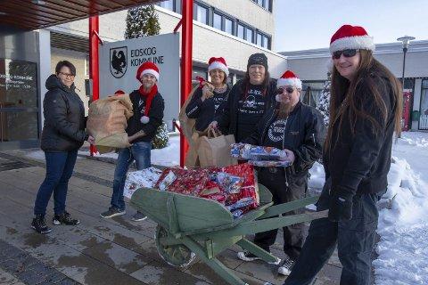 God jul: Eidskog Rockeklubb og Metalheads Against Bullying overrekker Eva Østad i NAV julegavene de har samlet inn. Fra høyre: Ronny Rønning, Trond Arild Fjeld, Leif og Wenche Munkelien og Ken Roger Lundhaug.