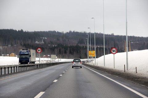 EFFEKTIVT: Midtdelere trekkes fram som et viktig bidrag til at antallet som mister livet eller blir hardt skadet i trafikken skal ned mot nullvisjonen til Stortinget. Her fra E16.FOTO: LARS FOGELSTRAND (ARKIV)