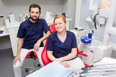 NYE LOKALER: Birgit Gulbranden og Malik Nadreem, ved Eidskog Tannlegesenter, er klare til å ta i mot gamle og nye pasienter i sine nye lokaler på Skotterud.