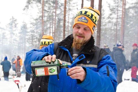 DRIKKE: Her skjenker Göteborg-mannen Magnus Widmark i seg en jägermeister. Det må til når det er rally.