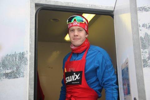 STOR STAS: Øyvind Løvstad legger gjerne bort skiene for å smøre noen andres. Det er tross alt hans beste venner.