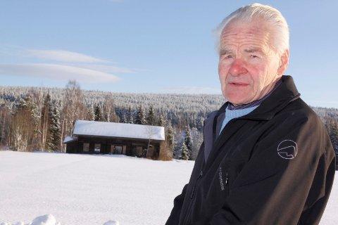 SELGER: Rolf Gunnar Trosterud leste om interessen for småbruk, og bestemte seg for å selge Svennebykverna, og håper at noen kan restaurere det gamle huset som har stått tomt lenge.
