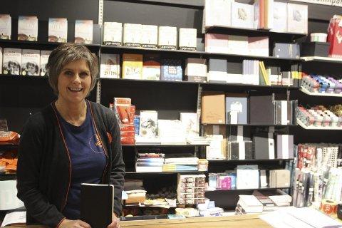 Lite almanakker igjen: Etter hvert som det er blitt utsolgt har hyllene blitt fylt opp med andre bøker bak Tove Fjeld, butikksjefen på ARK på Kongssenteret.