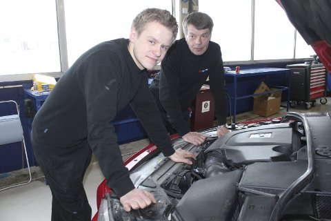Arbeidsplasser: Aleksander Bredesen er med på eiersiden og satser på egen arbeidsplass hos Autoexperten på Kirkenær. Med på laget har han også med seg Åge Mellem som mekaniker.