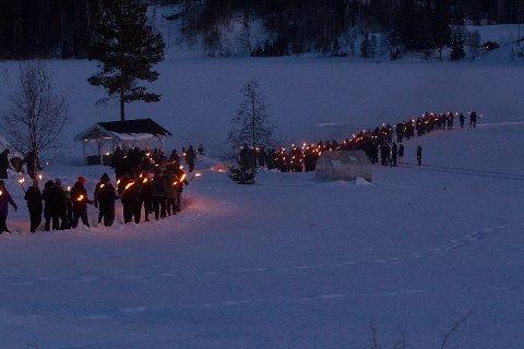 Det ble felt mange tårer i folkemengden som sto tett i tett i det 850 meter store hjertet på Harstadsjøen søndag kveld.