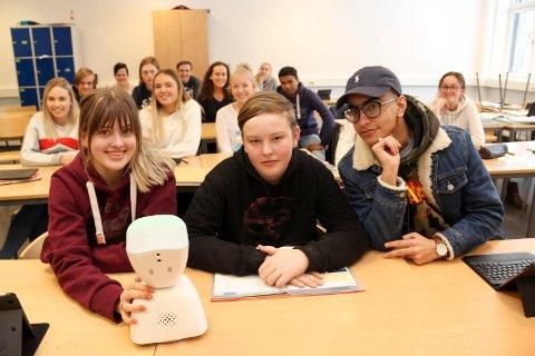 ROBOT I KLASSEN: Elsa Kamøy Furuseth (t.v.), Daniel Amundsen og Mohaned Hassan synes det er kult med en robot i klasserommet.