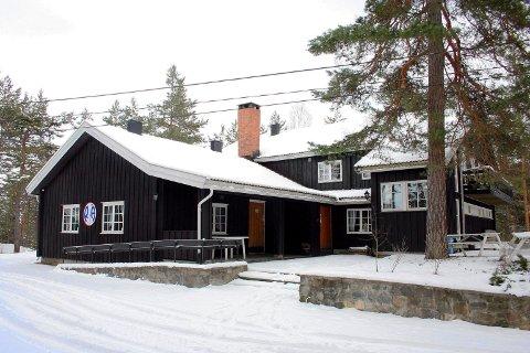 SKI INN - KUNST UT: Dragsjøhyttas stiftelse går nye veier for å skaffe midler. Søndag er det auksjon i peisestua blant skiturister og kunstinteresserte.