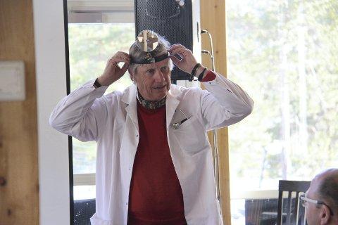 Radiohospitalet: For å skape «avstand» tok Espen Olafsen, kjent fra P4s «Will i røret», på seg legefrakk og fortalte om golfens «selvbredelse» og «golfballeffekten» for et svært velvillig publikum på flerbrukshuset på Liermoen tirsdag kveld.