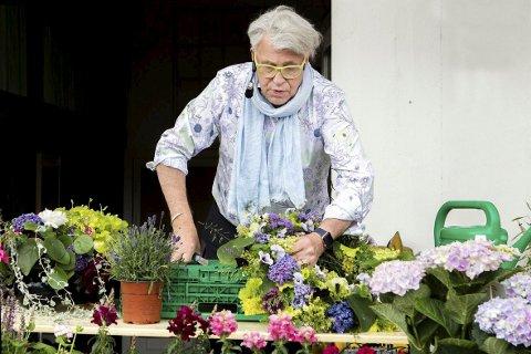 BLOMSTER-FINN: Kommer med blomster, godt humør og kåseri til Engens gate 1 i Kongsvinger.
