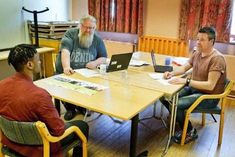 Kontaktperson Tor Inge With (t.v.) og hovedtillitsvalgt i Fagforbundet Thomas Malnes, er i gang med jobbintervju av de ungdommene som har søkt sommerjobb i kommunen.