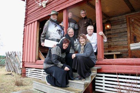 HUNDRE ÅR TILBAKE: Sankthans-komiteen gleder seg til Farmen-inspirert feiring.  Foran fra venstre: Heidi Fredriksen, Marit Holtmoen, Anita Sæthre Goplen og Ottar Skaslien. Bak fra venstre: Stein Amundsen, Haakon Gjems og Morten Aasvangen.