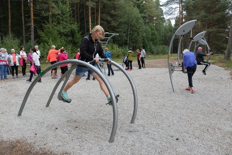 TRENINGSPARKEN: På Myrmoen er det mulig å ta ei styrkeøkt i treningsparken som ble åpnet i fjor. Her er det folkehelsekoordinator Gunvor Husberg Aaslie som prøver apparatene under åpningen i fjor.