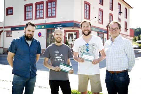 Sverre Wold (t.v.) og Geir Hagerud (t.h.) - fra Overskuddsfabrikken - har gitt den første Overskuddsprisen til Martin Høgberget og Glenn Luijbregts (i midten) for jobben de to gjør for kulturlivet i byen.