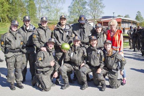 FORNØYDE STUDENTER:  Her er noen av årets bachelorstudenter etter at «Øvelse Sæter» ble avsluttet tuirsdag ettermiddag. Instruktør Vanja Lundgren Sørli bakerst til høyre. Foto: Ole-Johnny Myhrvold