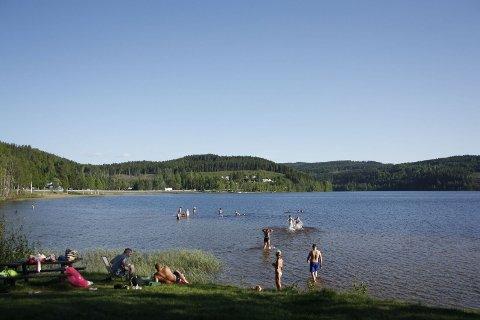 STRANDLIV: Norge er et land med store variasjoner i været. På denne tida i fjor var det yrende badeliv her på Sigernessjøen i Kongsvinger, og drøyt 20 grader i vannet.
