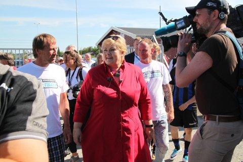 PÅ GJEMSELUND: Statsminister Erna Solberg besøkte Gatefotball NM på Gjemselund lørdag. Der tok hun avsparket i kampen mellom Sandvika og Arendal i tillegg til å prate med tidligere rusavhengige.