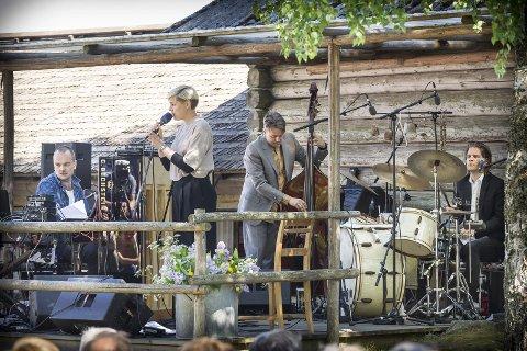 Frida på Finnskogen: Frida Ånnevik spiller på viseformatet i Grue Finnskog kirke nå på lørdag. Da «Junikveld» på Oppistun Børli feiret 25 år for to år siden, gikk hun på scenen som Frida Ånnevik og trioen In The Country foran over 1000 frammøtte. – Jeg kjenner Sinikka Langeland, så dette var på tide! sier hun selv, FOTO: jens haugen