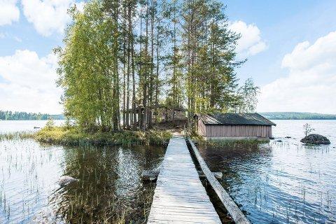 IDYLL PÅ FINNSKOGEN: Hytta ligger ute på en holme i sjøen Skasen. Det følger også med et båthus, men dette trenger oppussing.