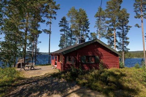SJELDEN MULIGHET: Hytte med 140 meter strandlinje mot Skasen hører med til sjeldenheten. Prisen blir deretter også.