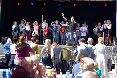 Thosebricks, eller Tony Alexander Skjevik fra Hof Finnskog, også kjent fra TV-programmet The Stream, fikk fart på publikum når han dro i gang med sine herlig låter full av hoppende rytmer.