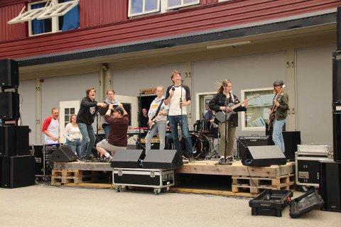 BEGEISTRING: Elevene ved musikklinja på Skarnes videregående skole skapte begeistring med sin konsert i Bruvoll fengsel.