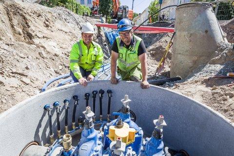 I byen er man godt i gang med det som nesten er et evighetsprosjekt. Alle gamle rørledninger skal skiftes ut og moderniseres. I grøfta i Øvrebyen (t.v.) Prosjekt ingeniør for GIVAS - Christoffer Opheim Berggren og Ingar Nygaard som er arbeidende formann for GIVAS.
