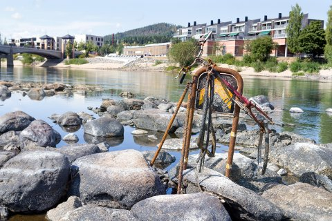 Denne sykkelen henger på dette skiltet i Glomma som et monument over Glomma og byen vår.